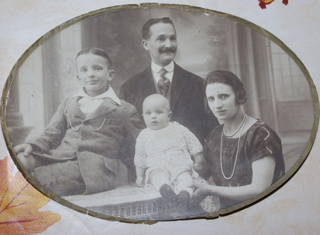 Jules MARNETTE et son épouse Marthe DESCROUET et leurs deux enfants Eugène et Françis